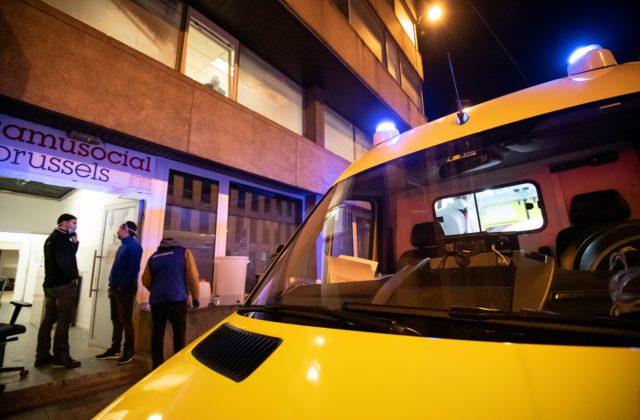 Covid19: Samusocial zet een specifiek doorverwijzingssysteem op met ambulances voor daklozen