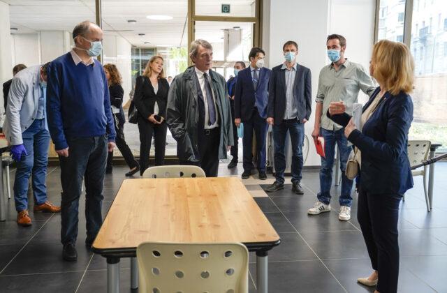 Binnenkorte opening van een opvangcentrum voor 100 dakloze vrouwen in een gebouw van het Europees Parlement